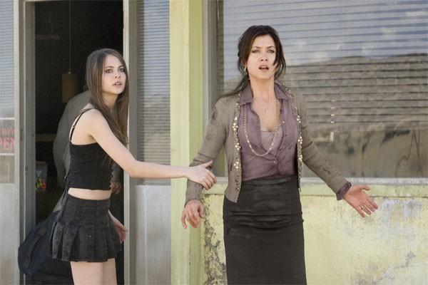 Kate Walsh e Willa Holland in una scena di Legion