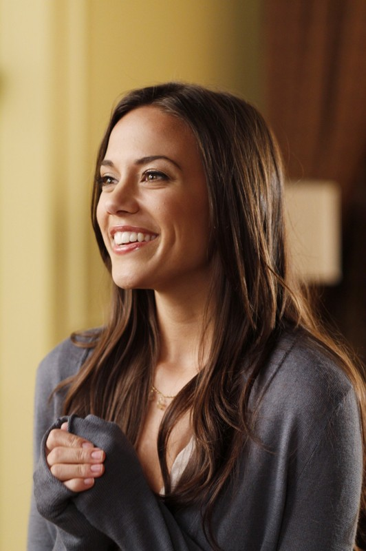La sorridente Alexis (Jana Kramer) in una scena dell'episodio Weeks Go By Like Days  di One Tree Hill