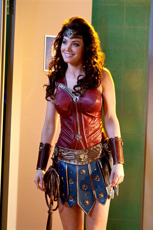Lois (Erica Durance) con un costume simile a quello di Wonder Woman nell'episodio Warrior di Smallville