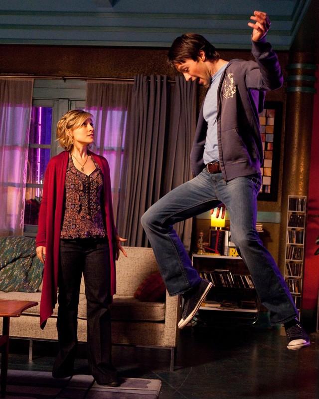 Stephen (Carlo Marks) comincia a fluttuare alla presenza di Chloe (Allison Mack) nell'episodio Warrior di Smallville