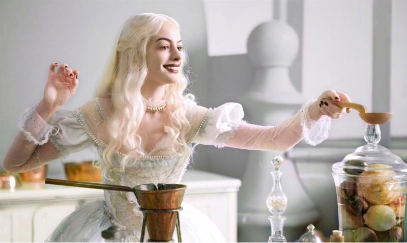Una candida Anne Hathaway in una scena di Alice in Wonderland di Tim Burton