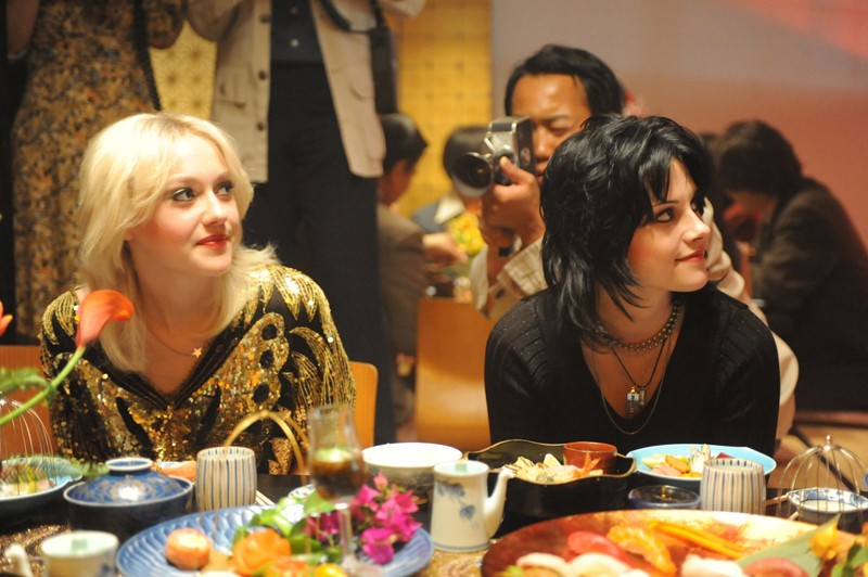 Una scena del film The Runaways con le protagoniste Dakota Fanning e Kristen Stewart
