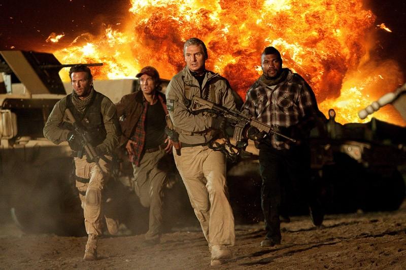 Bradley Cooper, Sharlto Copley, Liam Neeson e Quinton 'Rampage' Jackson in una scena del film The A-Team