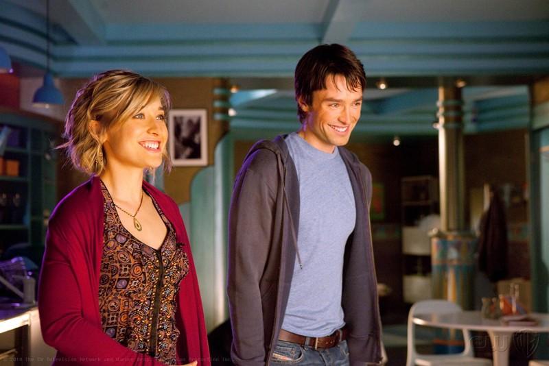 Chloe (Allison Mack) e Stephen (Carlo Marks) sorridenti nell'episodio Warrior di Smallville