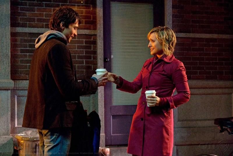 Chloe (Allison Mack) porge un caffè a Stephen (Carlo Marks) in un momento dell'episodio Warrior