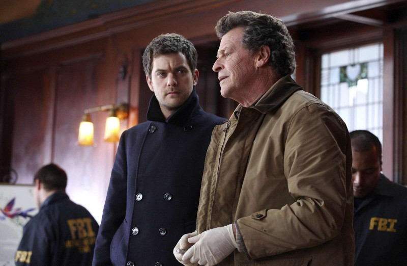 Fringe: John Noble e Joshua Jackson nell'episodio The Bishop Revival