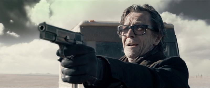 Gary Oldman nel ruolo del cattivo Carnagie nel film Codice Genesi