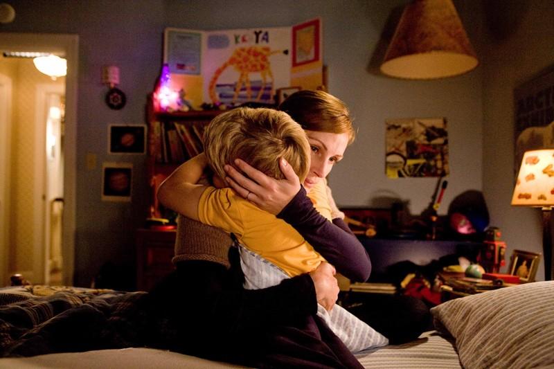 Kate (Julia Roberts) abbraccia Edison (Bryce Robinson) nel film Appuntamento con l'amore