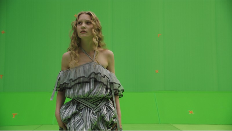 La prima immagine di Mia Wasikowska davanti al green screen tratta dal film Alice in Wonderland