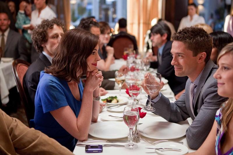 Liz (Anne Hathaway) e Josh Morris (Topher Grace) assieme a cena nel film Valentine's Day