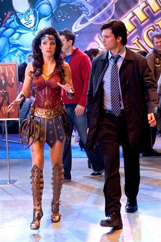 Lois (Erica Durance) e Clark (Tom Welling) alla convention di fumetti nell'episodio Warrior di Smallville