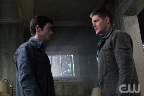 Supernatural: Matt Cohen e Jensen Ackles in una scena dell'episodio Back to the Future II