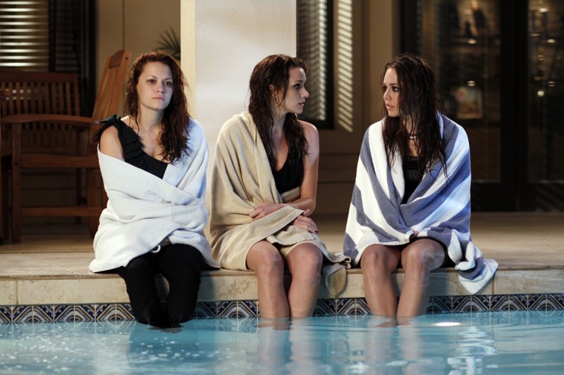 Haley (Bethany Joy Galeotti), Quinn (Shantel Vansanten) e Taylor (Lindsey McKeon) a bordo piscina nell'episodio Family Affair di One Tree Hill