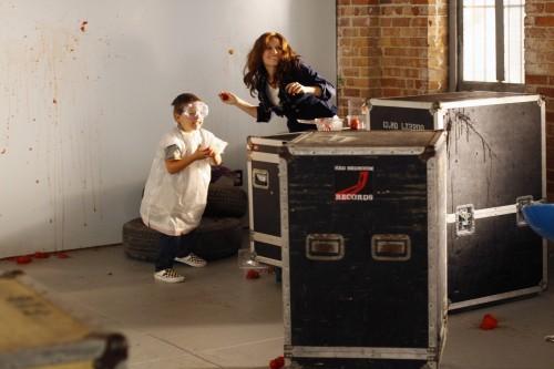 Jamie (Jackson Brundage) ed Haley (Bethany Joy Galeotti) durante la battaglia di pomodori nell'episodio Some Roads Lead Nowhere