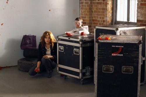 Jamie (Jackson Brundage) ed Haley (Bethany Joy Galeotti) si preparano alla battaglia di pomodori nell'episodio Some Roads Lead Nowhere