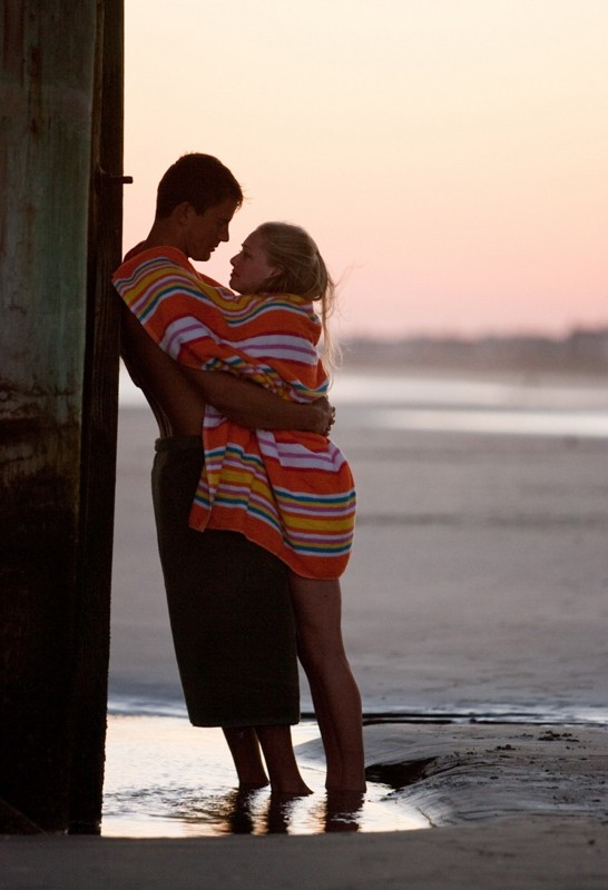 John (Channing Tatum) e Savannah (Amanda Seyfried) abbracciati teneramente in una scena del film Dear John