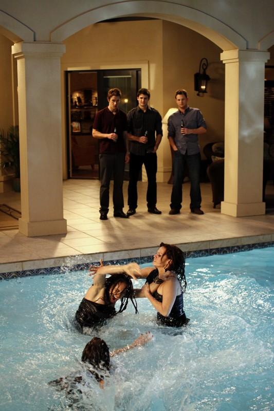 Shantel Vansanten, Lindsey McKeon e Bethany Joy Galeotti litigano in piscina nell'episodio Family Affair