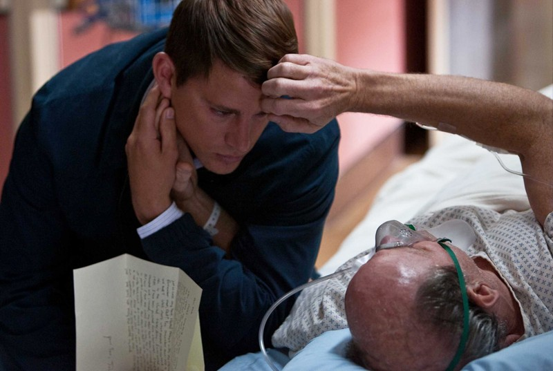 Channing Tatum (John Tyree) e il padre Richard Jenkins (Mr. Tyree) in una scena del film Dear John