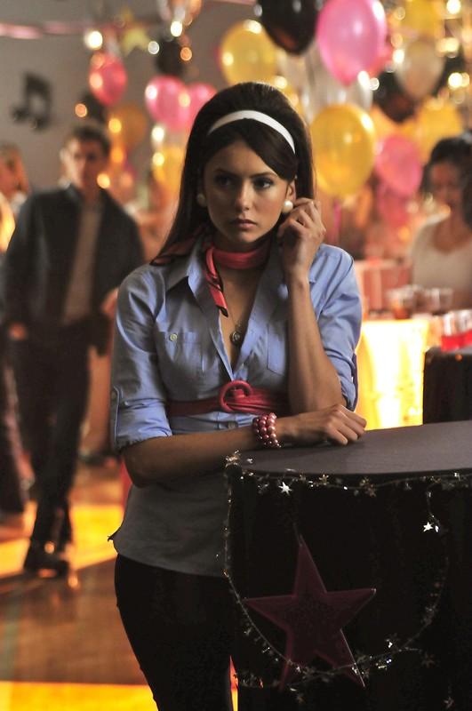 Elena (Nina Dobrev) al ballo della scuola in tema anni Cinquanta nell'episodio Unpleasantville di The Vampire Diaries
