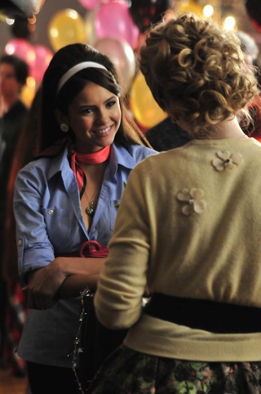 Elena (Nina Dobrev) parla con Caroline (Candice Accola) nell'episodio Unpleasantville di The Vampire Diaries