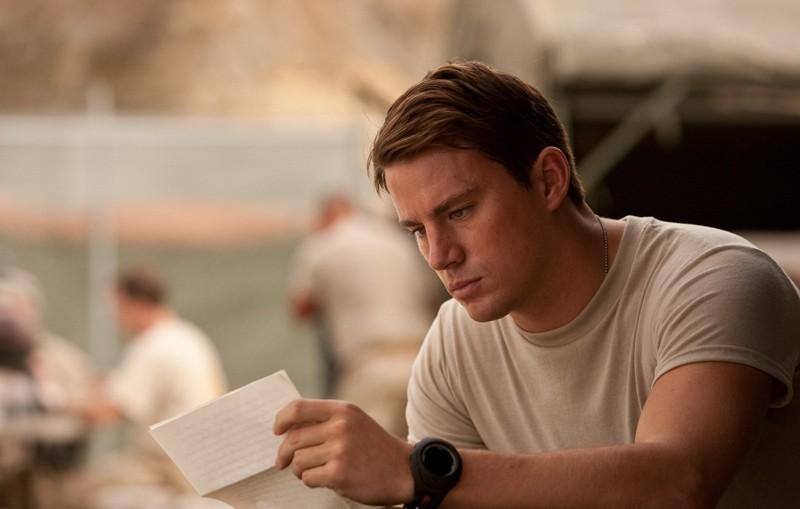 John (Channing Tatum) legge una lettera in una scena del film Dear John