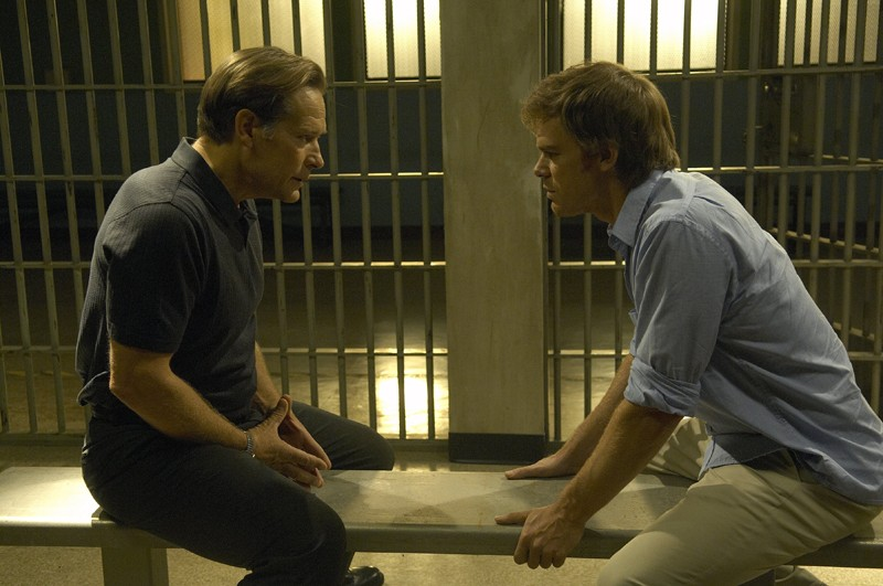 Michael C. Hall (Dexter) discute con James Remar (Det. Harry Morgan) nell'episodio The Getaway