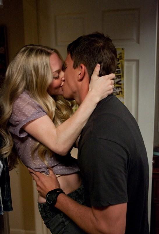 Un bacio appassionato fra i protagonisti: Channing Tatum e Amanda Seyfried in una sequenza nel film Dear John