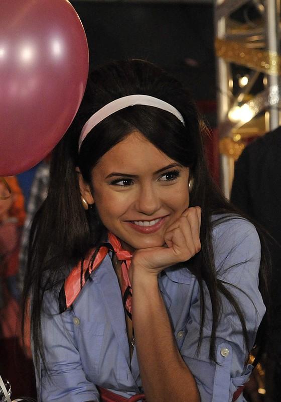 Un primo piano di Elena (Nina Dobrev) in stile anni Cinquanta nell'episodio Unpleasantville di The Vampire Diaries