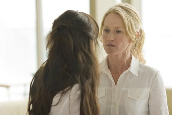 Alessandra Toreson e Paula Malcomson in una scena del pilot della serie 'Caprica'