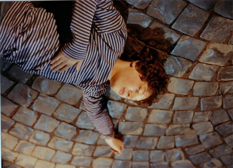 Christian Fassetta in una sequenza drammatica del film tv La stagione delle piogge.