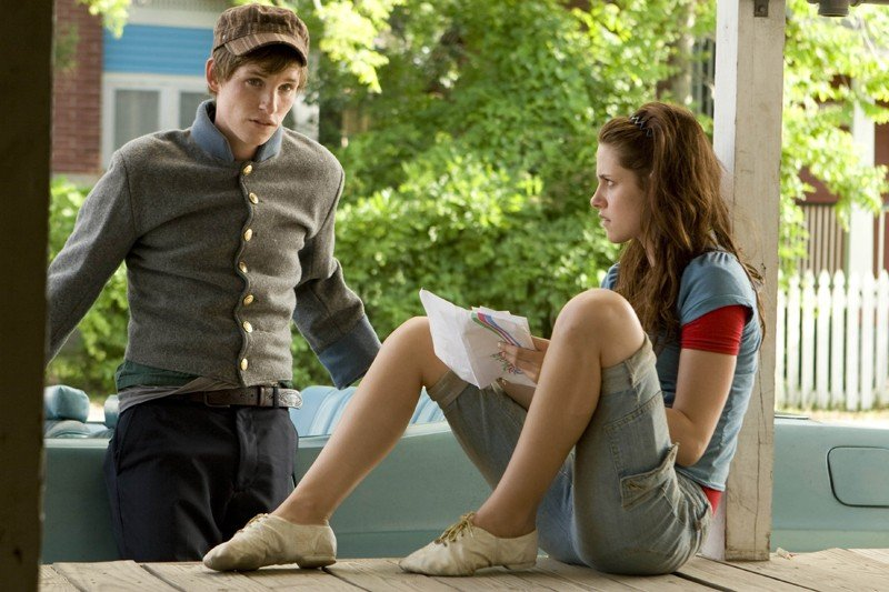 Eddie Redmayne e Kristen Stewart in una scena del film The Yellow Handkerchief