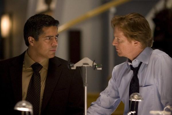Eric Stoltz ed Esai Morales nel pilot della serie 'Caprica'
