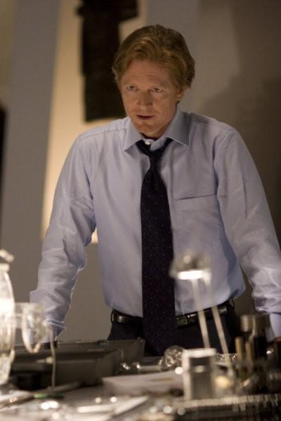 Eric Stoltz in una scena del pilot della serie 'Caprica'