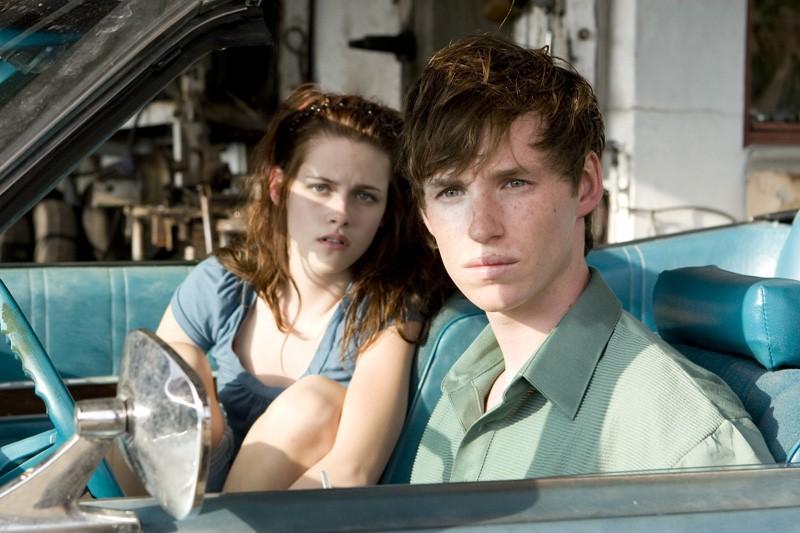 Kristen Stewart (Martine) e Eddie Redmayne (Gordy) in una scena del film The Yellow Handkerchief