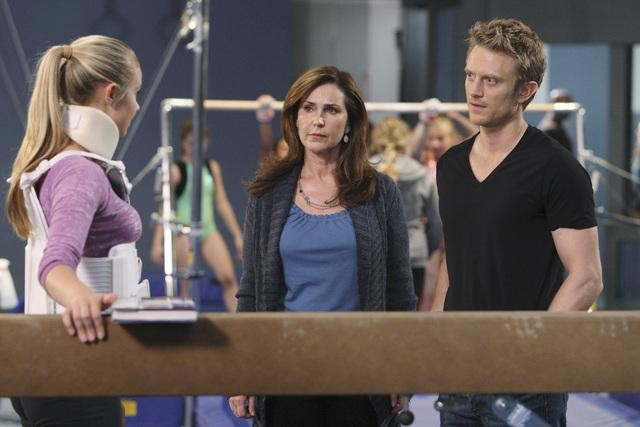 Make it or Break it: Ayla Kell, Peri Gilpin e Neil Jackson nell'episodio California Girls