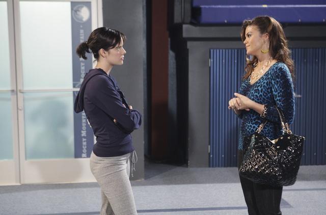Make it or Break it: Chelsea Hobbs e Susan Ward in una scena dell'episodio Follow the Leader