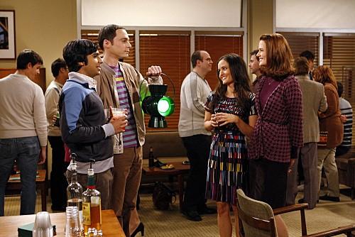 The Big Bang Theory: Kunal Nayyar, Danica McKellar, Jim Parsons e Jen Drohan nell'episodio The Psychic Vortex