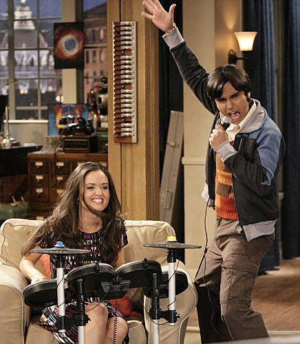 The Big Bang Theory: Kunal Nayyar e Danica McKellar in una scena dell'episodio The Psychic Vortex
