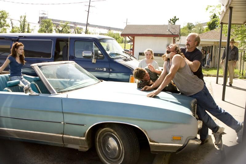 Una scena movimentata del film The Yellow Handkerchief con Kristen Stewart, Eddie Redmayne e William Hurt