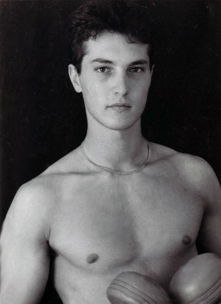Uno splendido ritratto di Christian Fassetta a torso nudo.