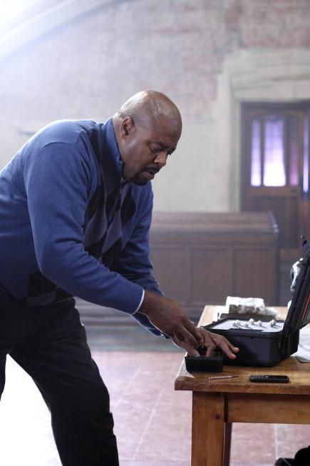 Human Target: Chi McBride in una scena dell'episodio Sanctuary