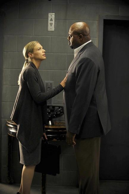 Human Target: la guest star Kristin Lehman con Chi McBride in un momento dell'episodio Run