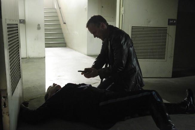 Kiefer Sutherland e Doug Hutchison in una scena dell'episodio Day 8: 7:00 p.m.-8:00 p.m. di 24