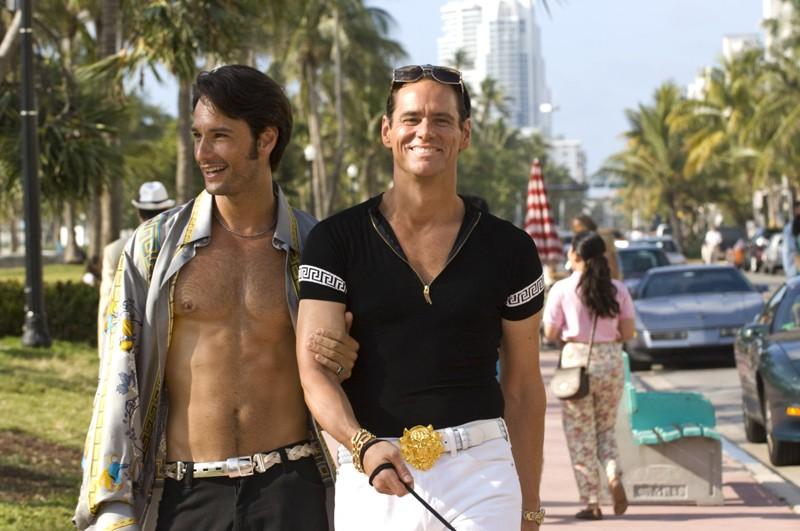 Rodrigo Santoro e Jim Carrey in una sequenza di I Love You Phillip Morris
