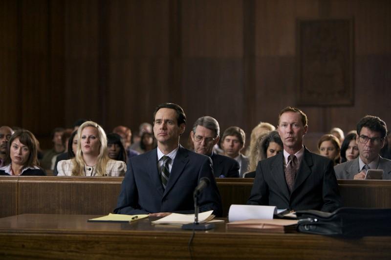 Steven Russell (Jim Carrey) in tribunale in una scena del film I Love You Phillip Morris
