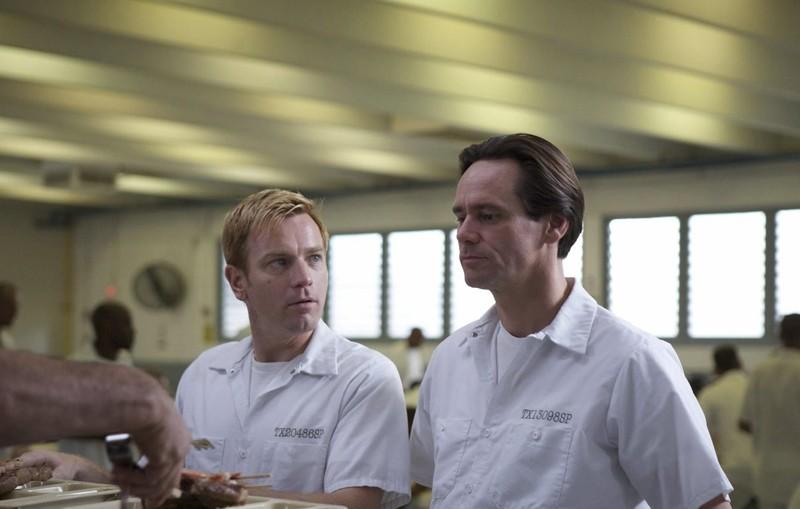 Una scena con Ewan McGregor e Jim Carrey in prigione nel film I Love You Phillip Morris