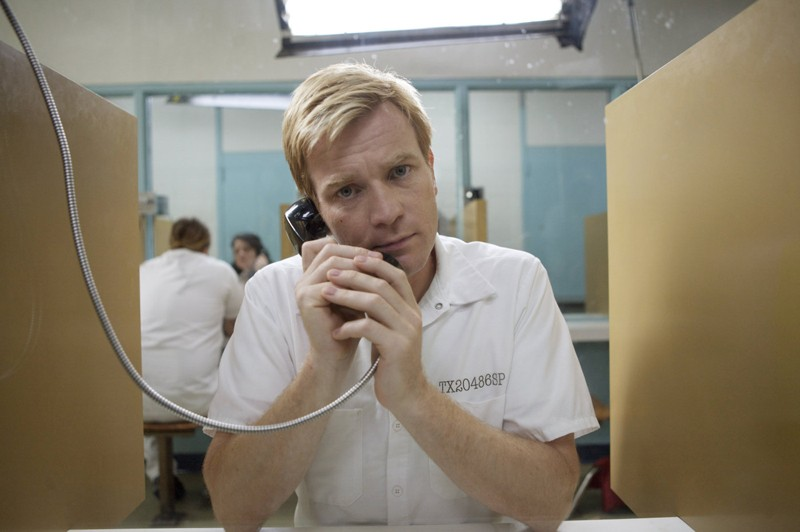Una sequenza del film I Love You Phillip Morris con Ewan McGregor (Phillip Morris)
