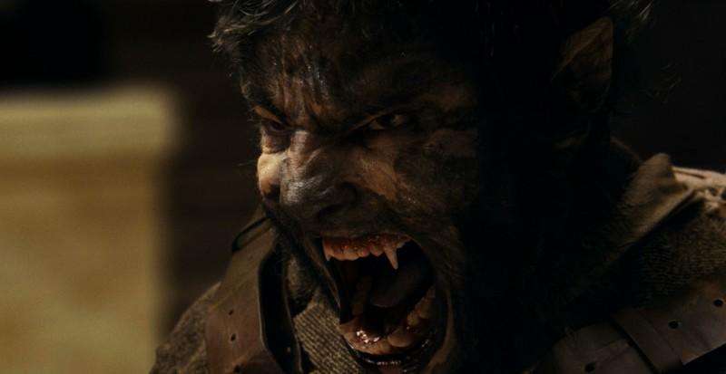 Benicio Del Toro è l'uomo lupo nel film The Wolf Man
