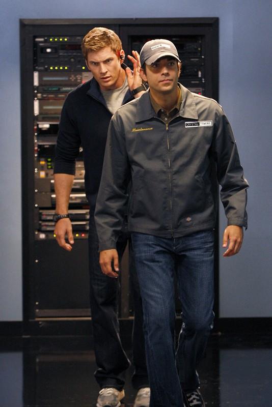 Capitan Fenomeno (Ryan McPartline) e Chuck (Zachary Levi) in un momento dell'episodio Chuck Vs. Operation Awesome