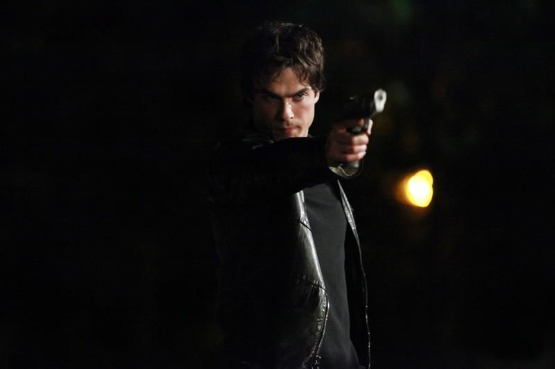 Damon (Ian Somerhalder) armato di pistola nell'episodio The Turning Points di The Vampire Diaries